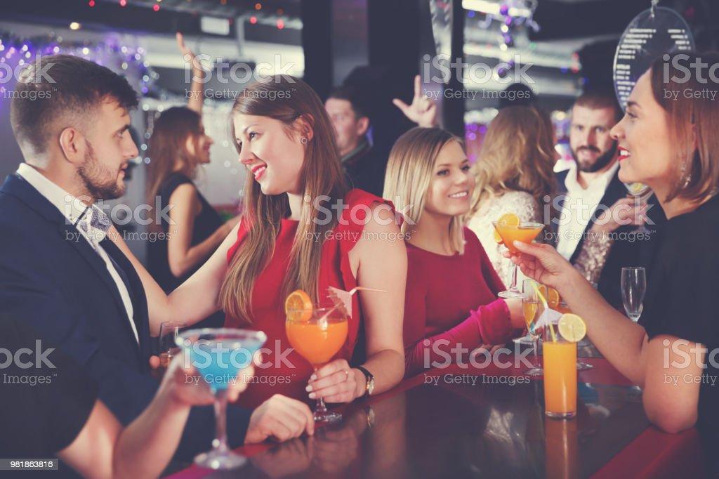 flirten an der bar jugoslawische frauen kennenlernen