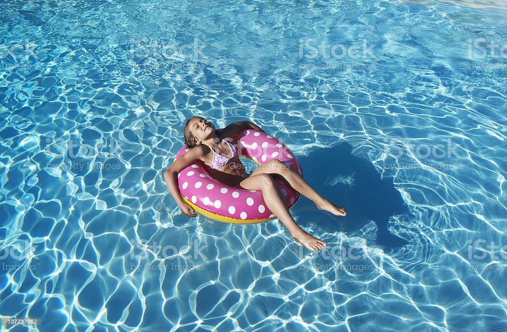 Fille à tube flottant dans la piscine - Photo
