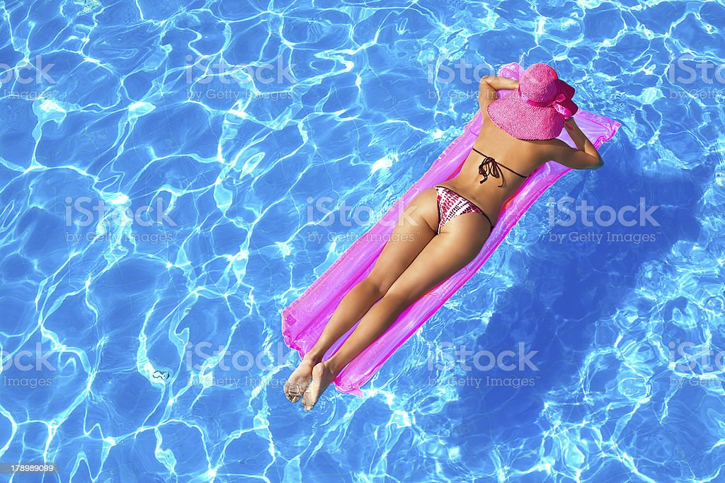 красивых девушек девушка плавает в бассейне в капроновых колготках считали