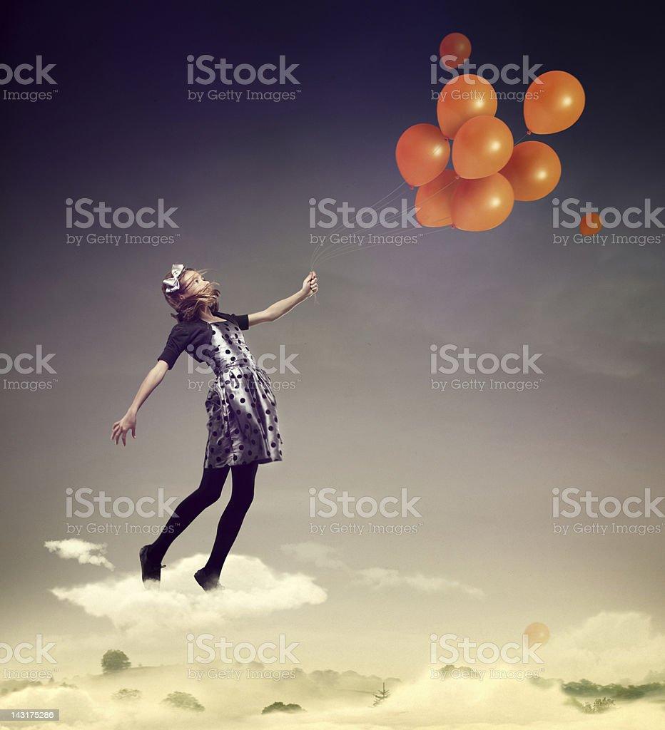 Mädchen in die Luft fliegt mit Ballons – Foto