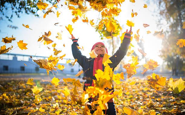 garota fooling a vegetação ao redor - setembro amarelo - fotografias e filmes do acervo