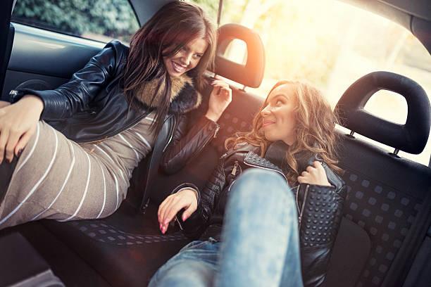 Fille amis s'amusant à l'arrière de siège de voiture à l'intérieur - Photo