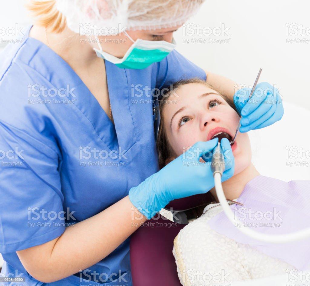 Mädchen bekommen Zahnbehandlung - Lizenzfrei Aktivitäten und Sport Stock-Foto