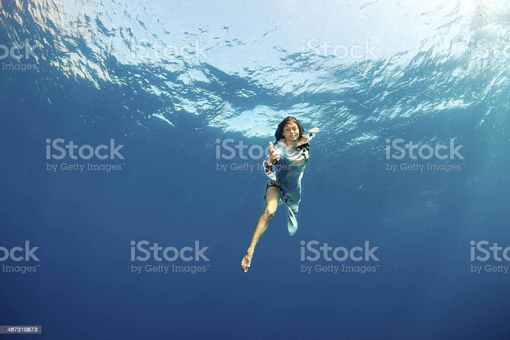Mädchen, die Hände Unterwasser – Foto