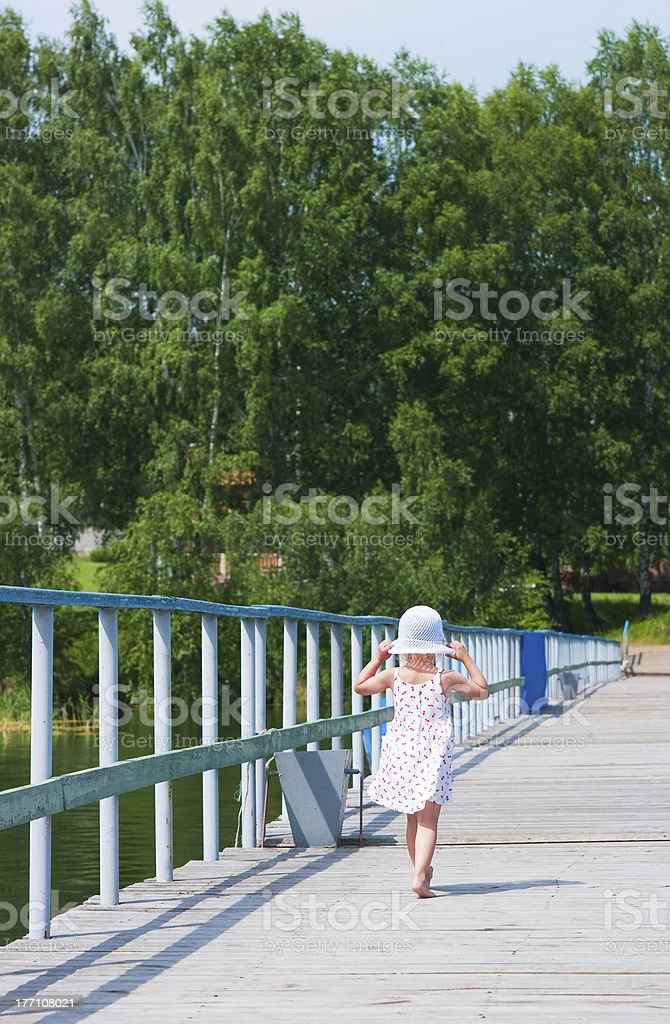 Девочка, перейдя на пристань стоковое фото