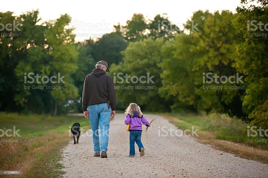 Girl & Grandpa un paseo - foto de stock