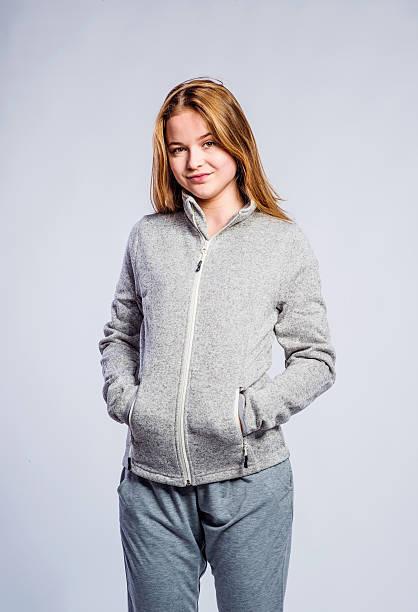 mädchen graues sweatshirt mit kapuze, junge frau, studioaufnahme - sweatpants stock-fotos und bilder