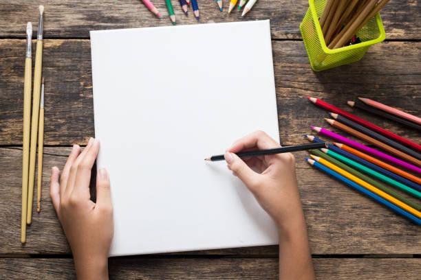 女孩的手繪圖、 空紙和彩色鉛筆在舊木桌上 - kids drawing 個照片及圖片檔