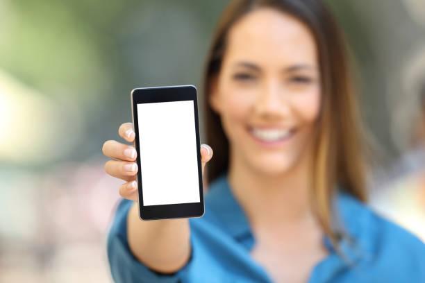 meisje hand tonen een telefoon scherm mock up - tonen stockfoto's en -beelden
