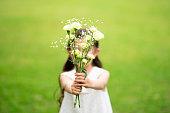 花束を手渡す女の子