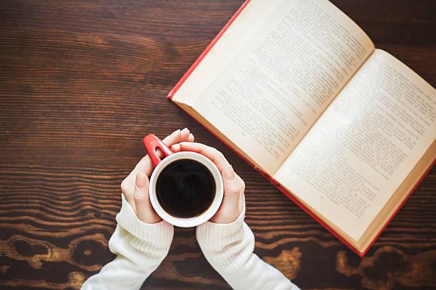 Mädchen Händen hält heiße Tasse Kaffee – Foto