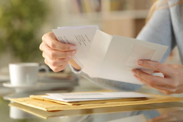 девушки руки открытия конверт на столе у себя дома - письмо документ стоковые фото и изображения