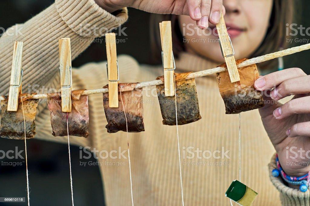 Mädchen hängen verwendet Teebeutel für den zweiten Einsatz – Foto