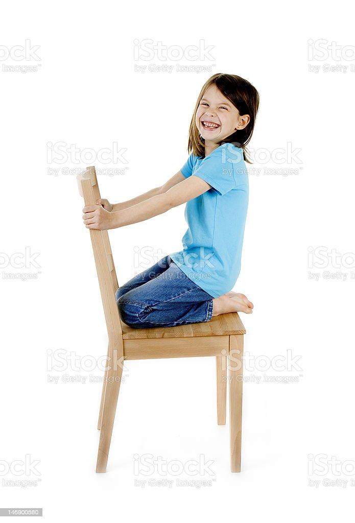 Mädchen haben Spaß auf Holz Stuhl – Foto