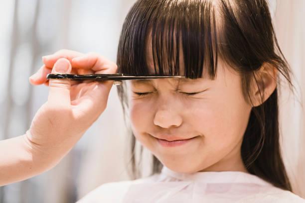 女の子の美容師に髪を切って - 美容室 ストックフォトと画像
