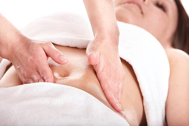 Mädchen hat Magen massage. Körperpflege. – Foto