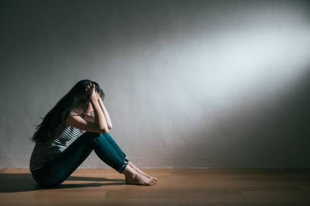 トラブルとうつ病の病気を得る女の子 - 女性 ストックフォトと画像