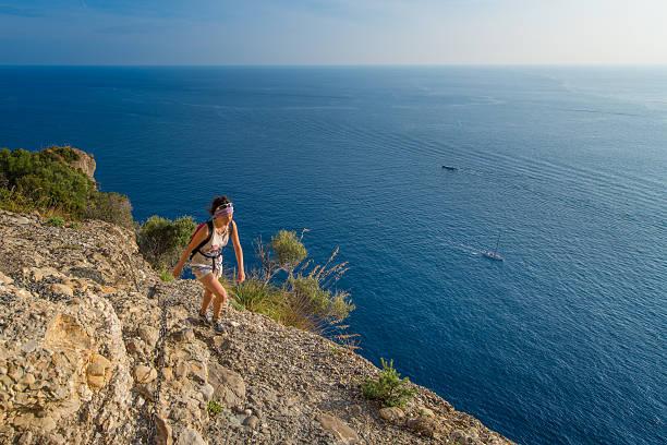 femme de randonnée dans les montagnes au-dessus de la mer - randonnée corse photos et images de collection