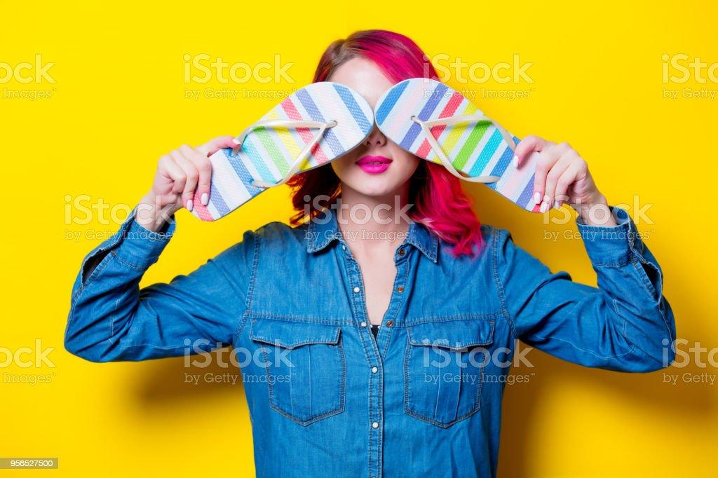 Mädchen mit einem farbigen Flip flops Sandalen - Lizenzfrei Attraktive Frau Stock-Foto