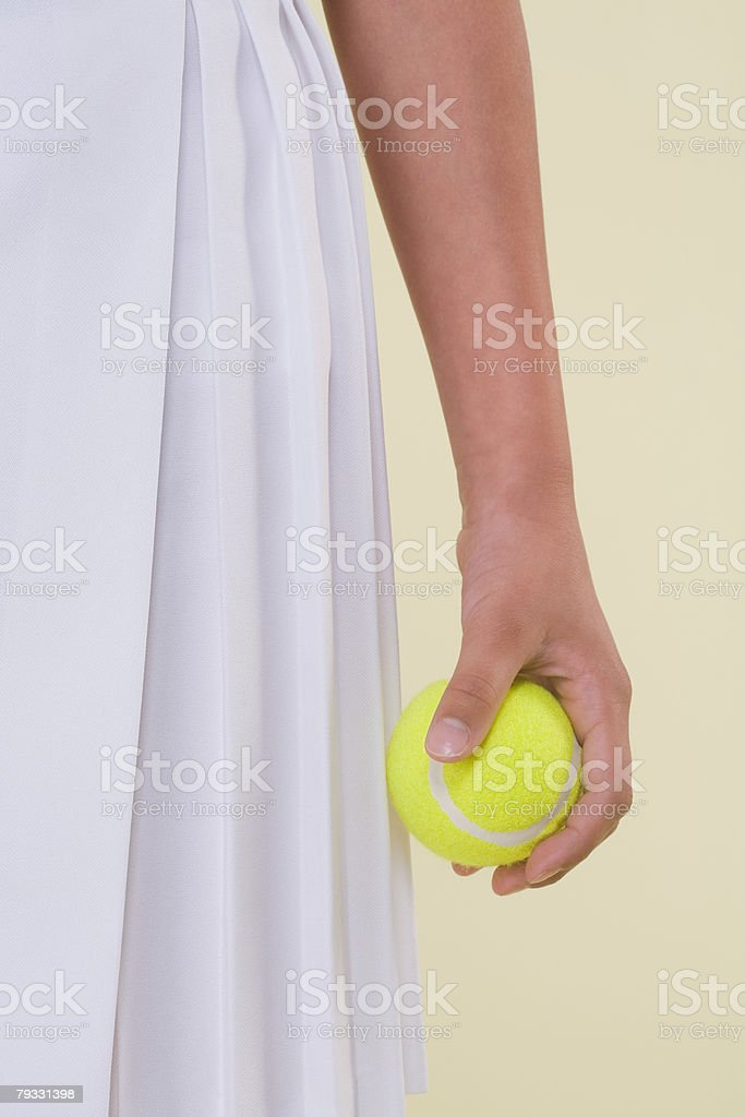 Mädchen hält ein Tennisball Lizenzfreies stock-foto