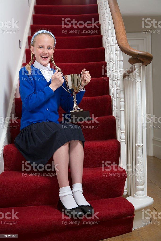 Mädchen hält eine Trophäe Lizenzfreies stock-foto