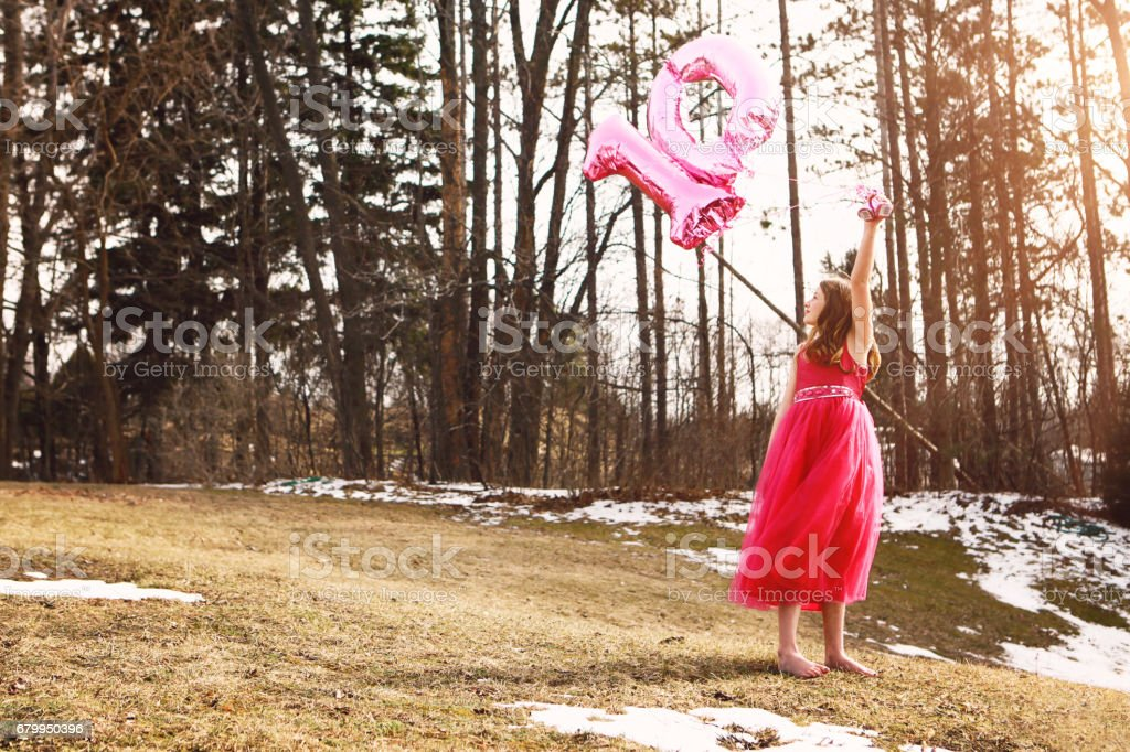 Girl Holding Balloons Outside – zdjęcie