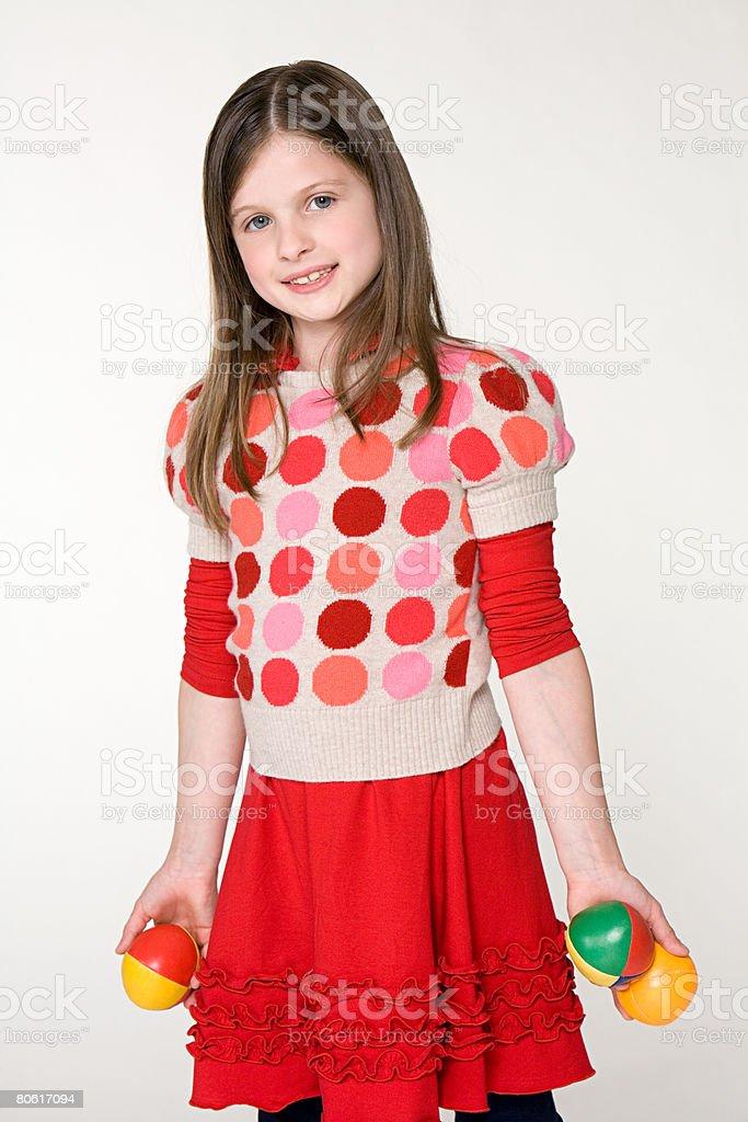 Uma menina segurar Bolas foto de stock royalty-free