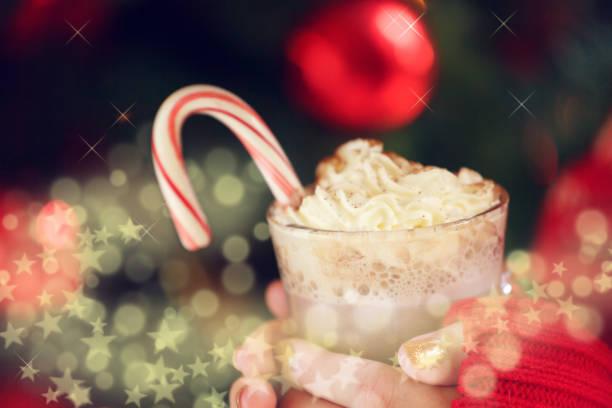 mädchen mit kakao mit schlagsahne und pfefferminze zuckerstange. weihnachten urlaub konzept. urlaub-hintergrund - mocca stock-fotos und bilder