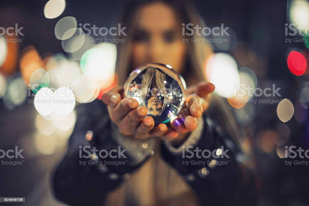 Fille tenant Boule de cristal photo libre de droits