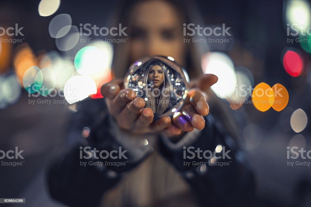 Girl holding bola de cristal - foto de stock