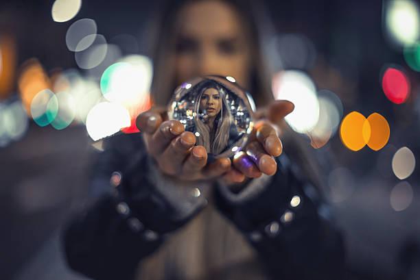 fille tenant boule de cristal - boule de cristal photos et images de collection