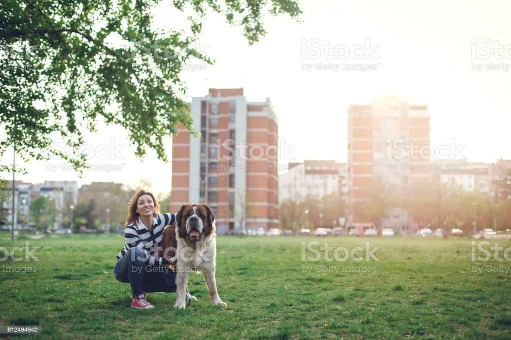 Mädchen halten Hund im freien – Foto