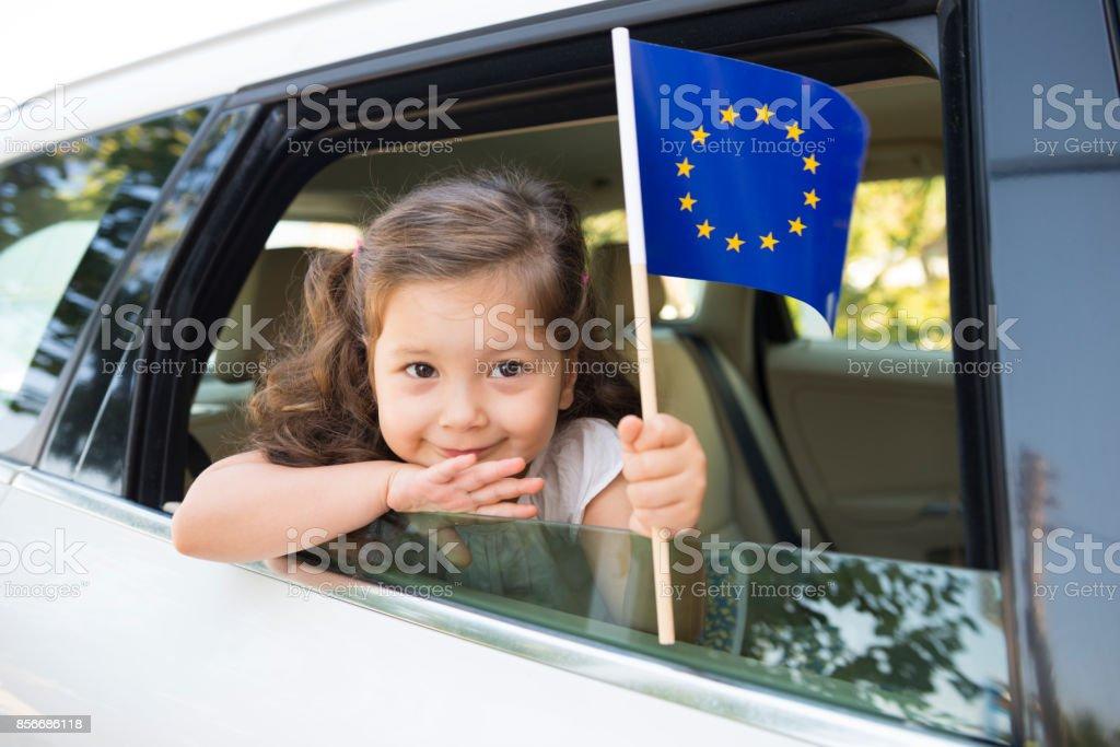 Chica sosteniendo la bandera de la Unión Europea - foto de stock