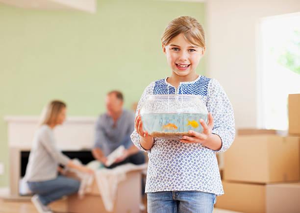 Mädchen holding fish bowl in Ihrem neuen Haus – Foto