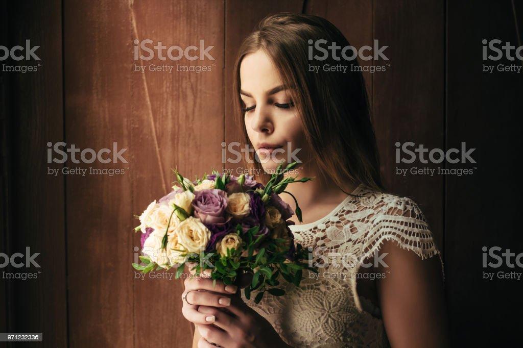 Witte Jurk Op Een Bruiloft.Meisje Bedrijf Bloemen In Handen Jonge Mooie Bruid In Witte Jurk