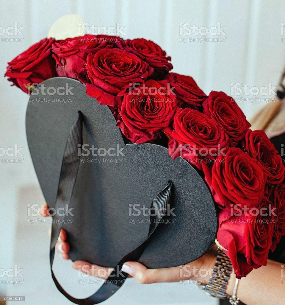 Jeune Fille Tenant En Forme De Cœur Boite Cadeau Fleur En Mains