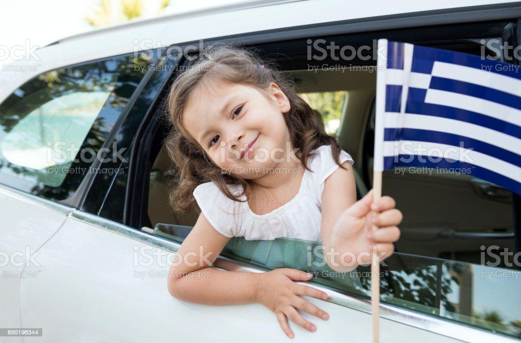 Chica sosteniendo la bandera de Grecia - foto de stock