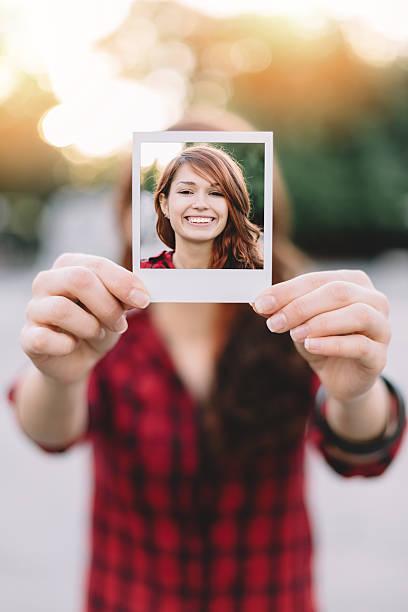 mädchen mit einer polaroid-selfie - schöne bilderrahmen stock-fotos und bilder
