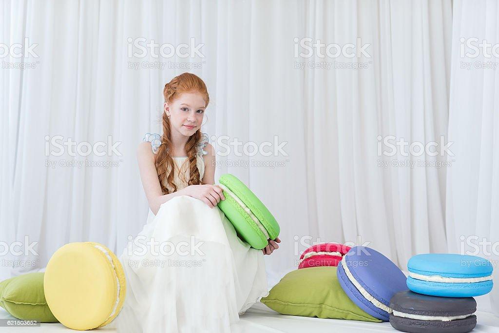 Girl holding macaroons foto stock royalty-free