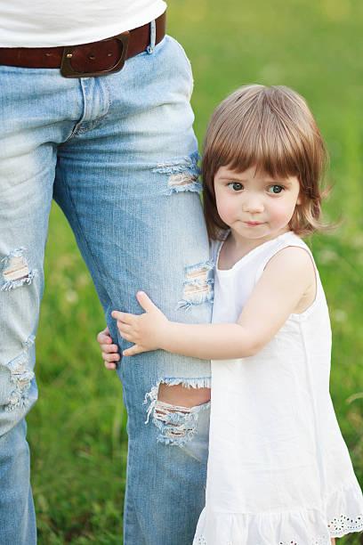 mädchen holding auf jeans - drees und sommer stock-fotos und bilder