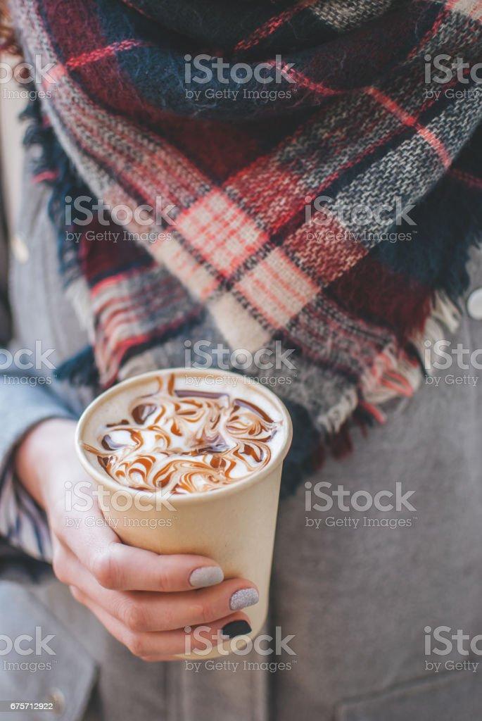女孩抱著奶與焦糖咖啡紙杯 免版稅 stock photo