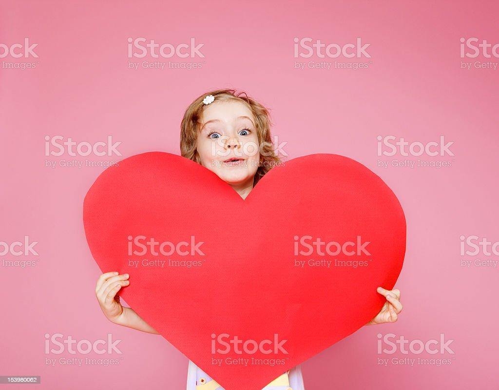Ragazza con un cuore di carta - foto stock