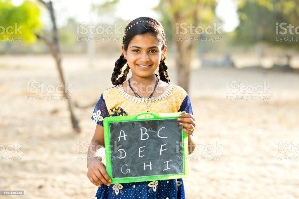 Mädchen halten Schiefer – Foto