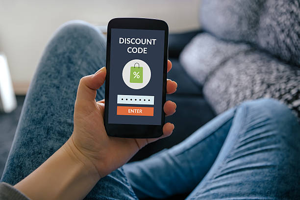 Girl holding smart phone with discount code concept on screen – Foto
