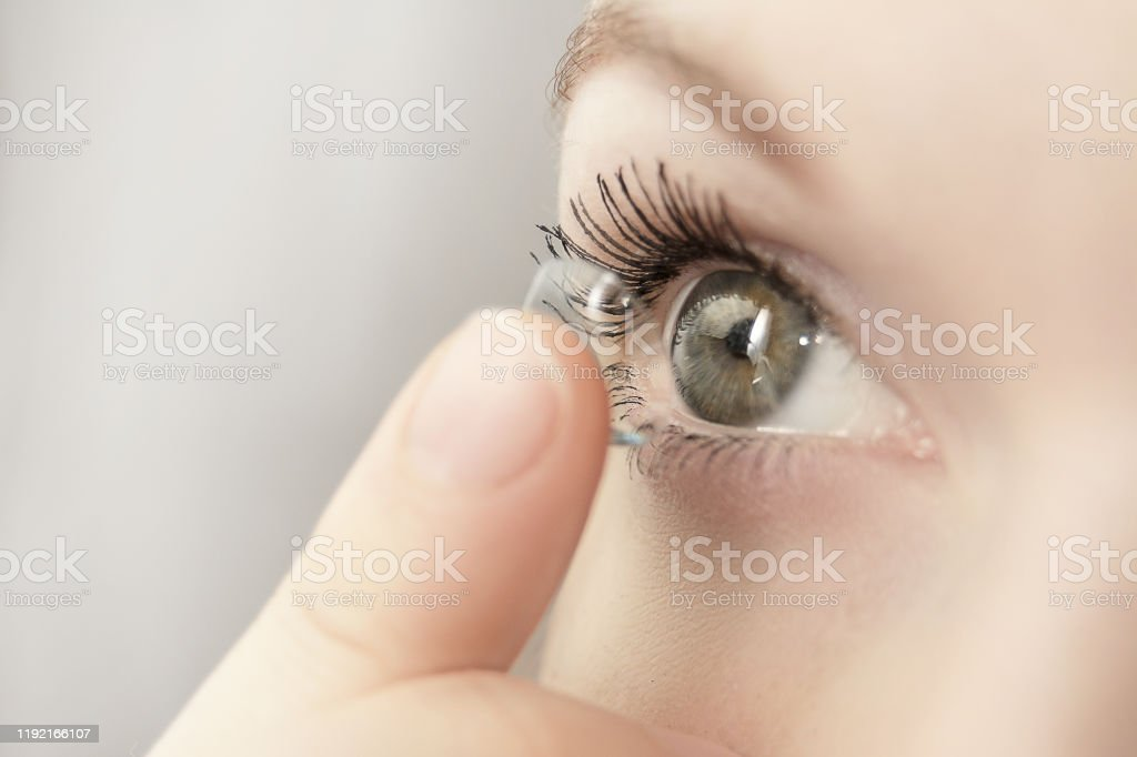 女孩拿著柔軟的隱形眼鏡 - 免版稅人圖庫照片