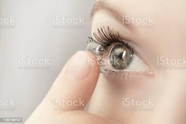 女孩拿著柔軟的隱形眼鏡 照片檔及更多 人 照片