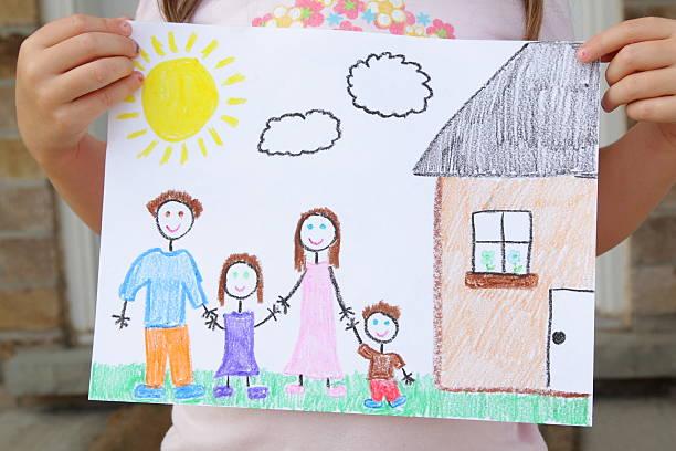 Mädchen hält Zeichnung der Familie – Foto
