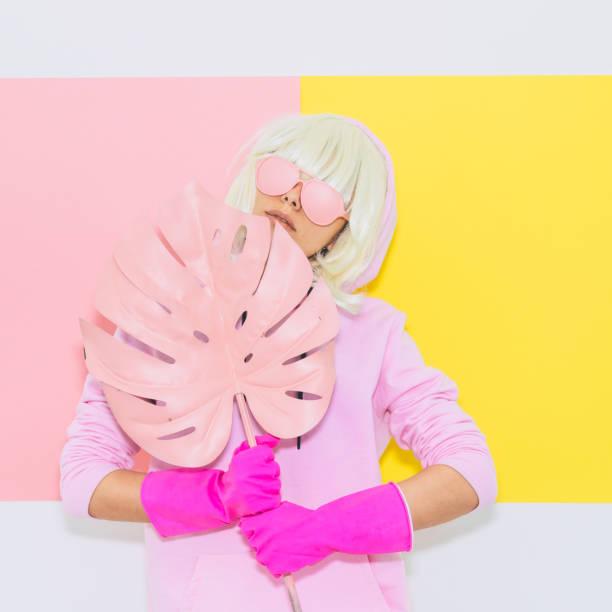 mädchen hält ein palmenblatt. - neon partylebensmittel stock-fotos und bilder
