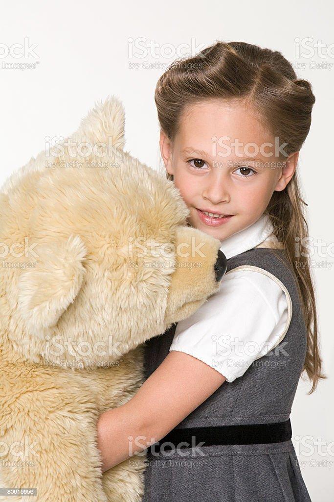 Uma rapariga agarrar um urso de peluche foto de stock royalty-free