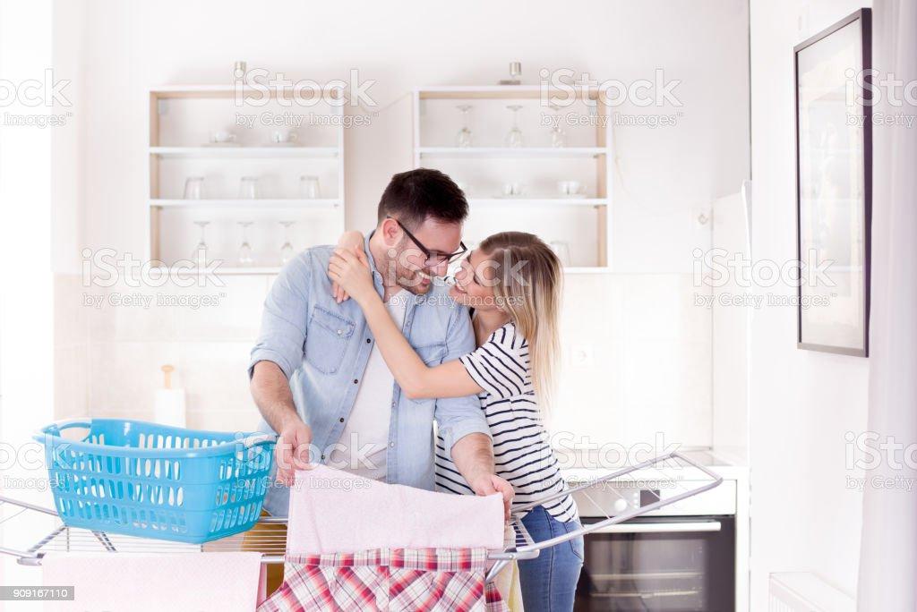 Mädchen Mann umarmt, die Wäsche – Foto